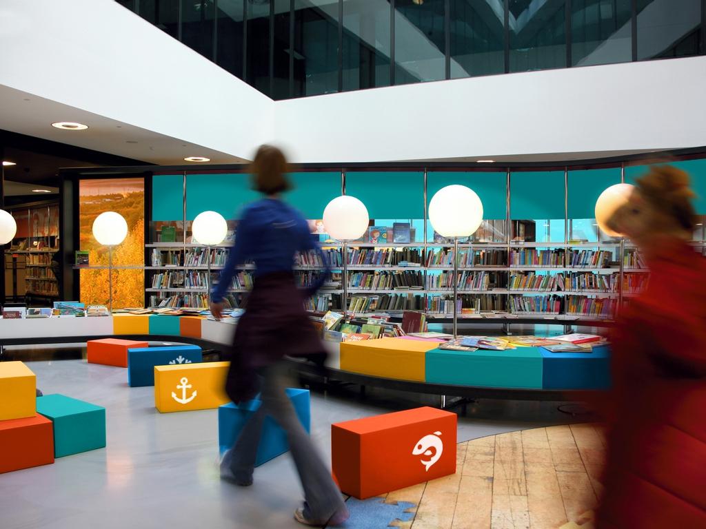 Городская библиотека с фирменными «кирпичиками» для сидения